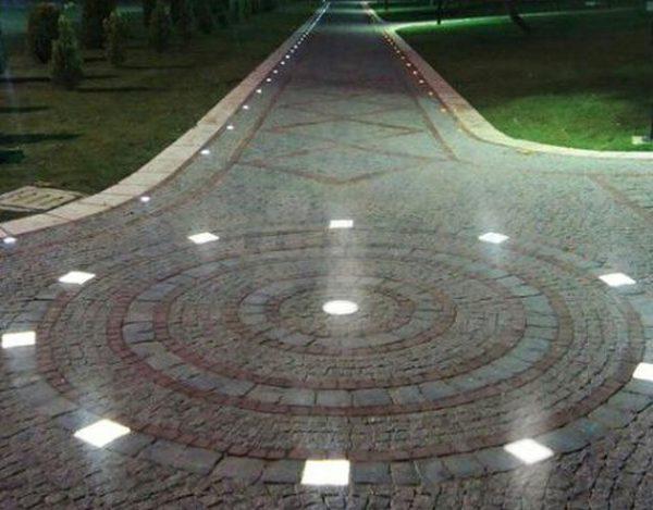 Точечные тротуарные светильники в парке