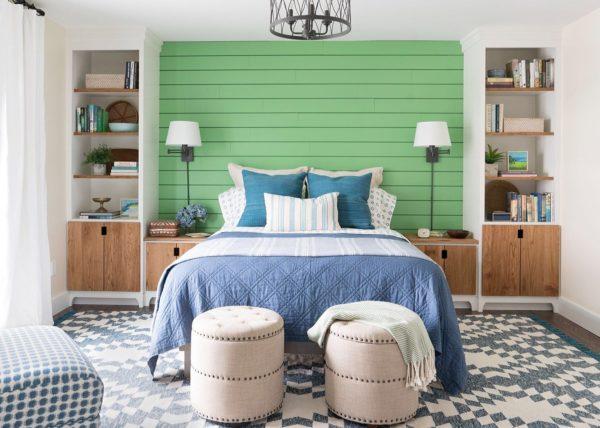 Обычно светильники располагаются по обеим сторонам двуспальной кровати
