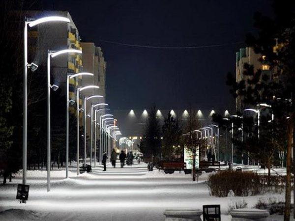 Установка консольных светодиодных светильников вдоль дорог