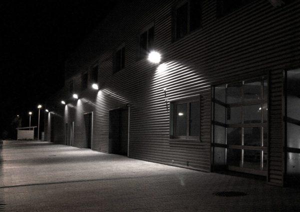 Освещение улицы с помощью прожекторов