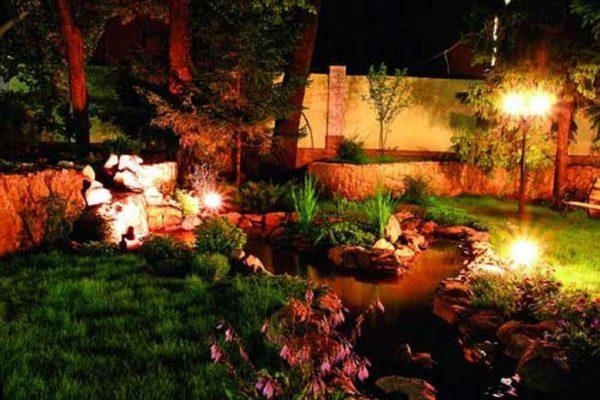 При устройстве ландшафтного освещения следует использовать фонари разной высоты