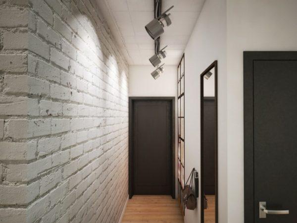 В коридоре с высоким потолком можно использовать направленные споты