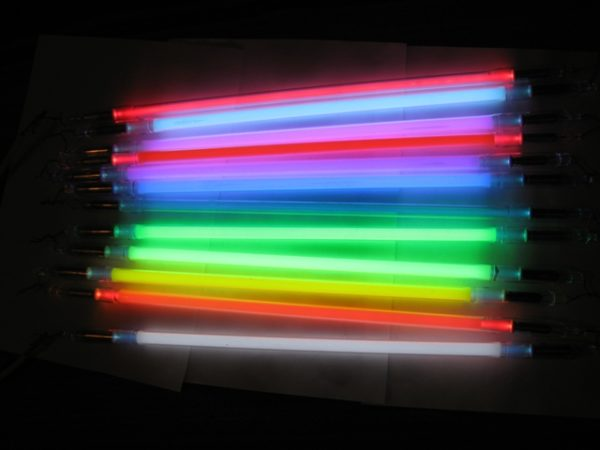 Для подсветки стен часто используются неоновые трубки