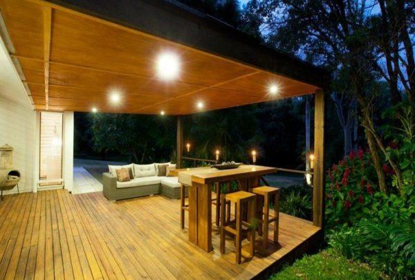 Грамотное освещение позволит создать на террасе уютное место для отдыха в вечернее время
