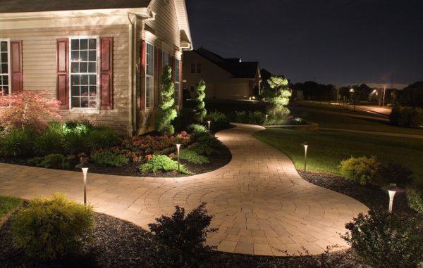 Освещение территории загородного дома часто имеет декоративную функцию