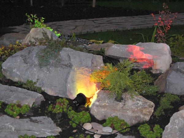 Подсветка альпийской горки в саду