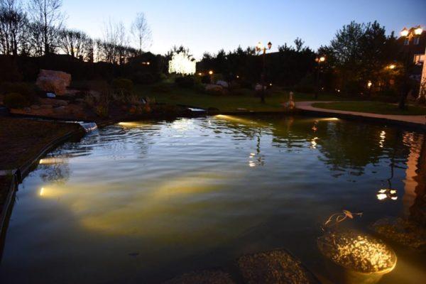 Подсветка водоема с помощью подводных светильников