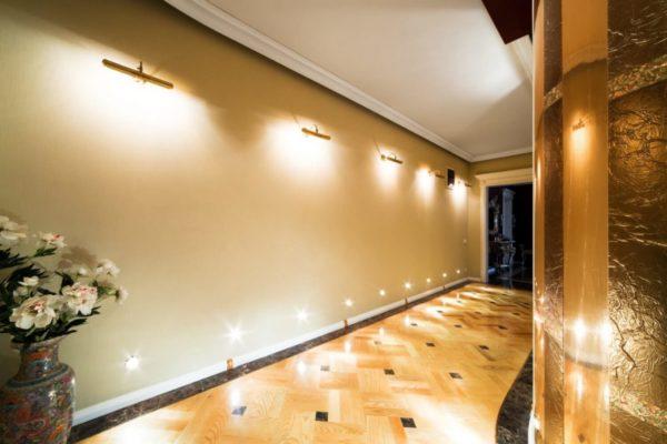 Подсветка стен в длинном коридоре