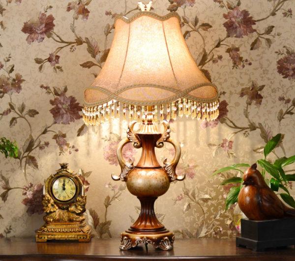 Прикроватная лампа в стиле кантри