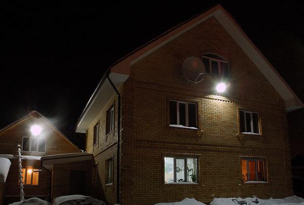 Светодиодный прожектор для освещения территории перед частным домом