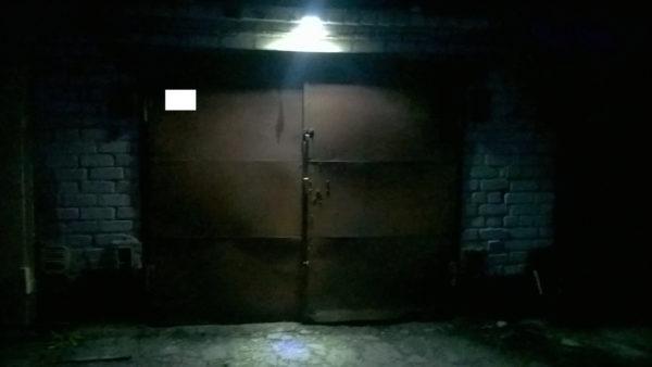 Прожектор с датчиком движения перед въездом в гараж
