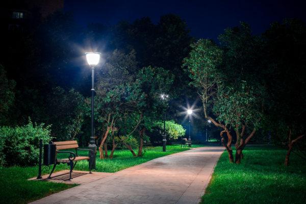 Для освещения парков обычно используют светильники торшерного типа