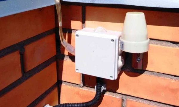 Установка фотоэлемента для автоматизации подсветки забора