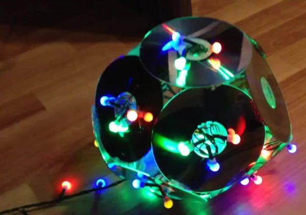 Светильник из гирлянды и компакт-дисков