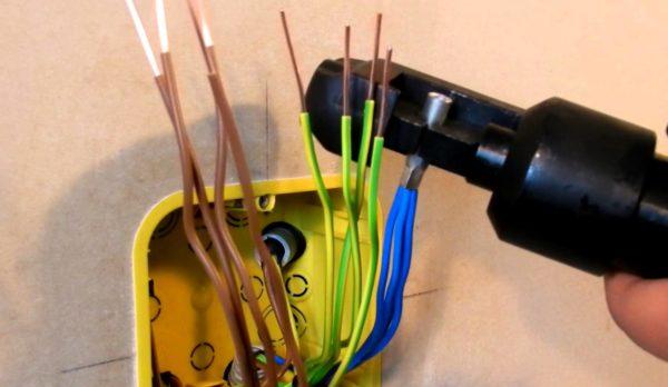 Опрессовка проводов в распределительной коробке