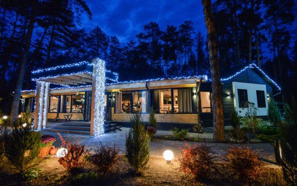 Стильная новогодняя иллюминация дома