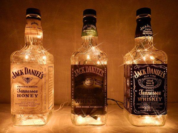 Самодельный светильник из гирлянды и бутылок