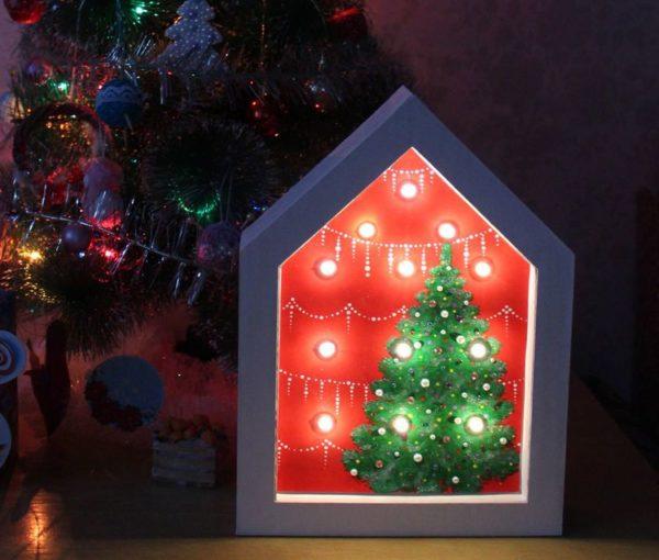 Светильник в виде домика под новогодней елкой