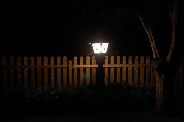 Для освещения забора нужно выбирать влагозащищенные светильники
