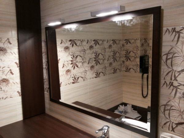 Для освещения большого зеркала потребуется несколько источников света
