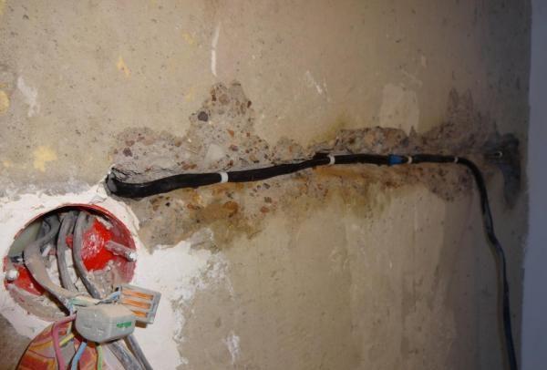 Фиксация электропроводки в штробах