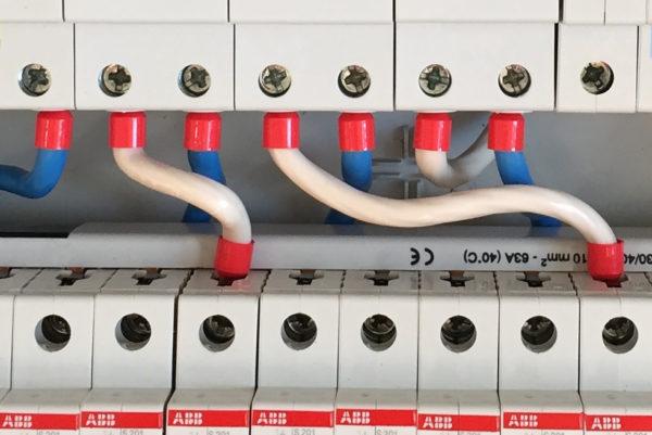 Используется для соединения электроприборов и устройств