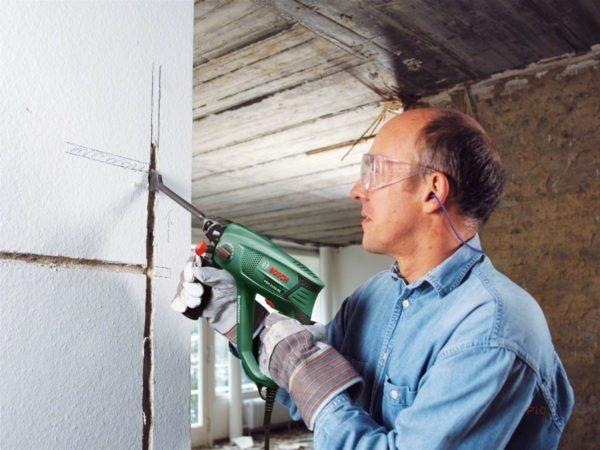 Прокладка электропроводки с помощью перфоратора