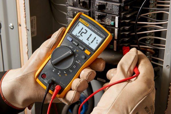 Измерение проводится в диэлектрических перчатках