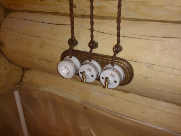 Открытая ретро проводка в деревянном доме