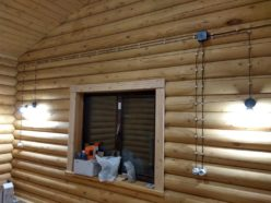 Электропроводка открытого типа в бревенчатом доме