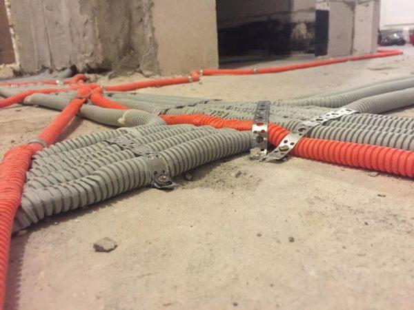 Использование гофры для прокладки проводов по полу