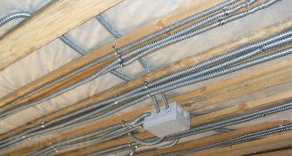 Использование металлорукава для проводки в деревянном доме