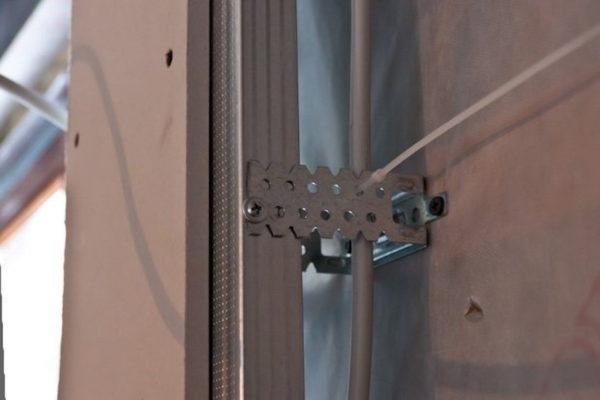 Крепление кабеля к металлическому каркасу пластиковыми стяжками