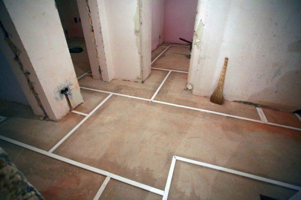 Монтаж проводов по полу позволяет избавиться от штробления стен