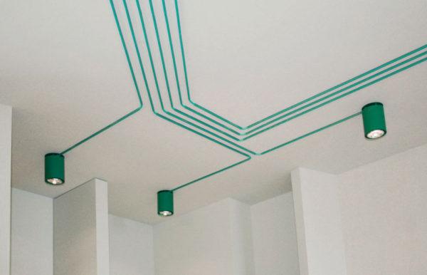 Открытая электропроводка по потолку