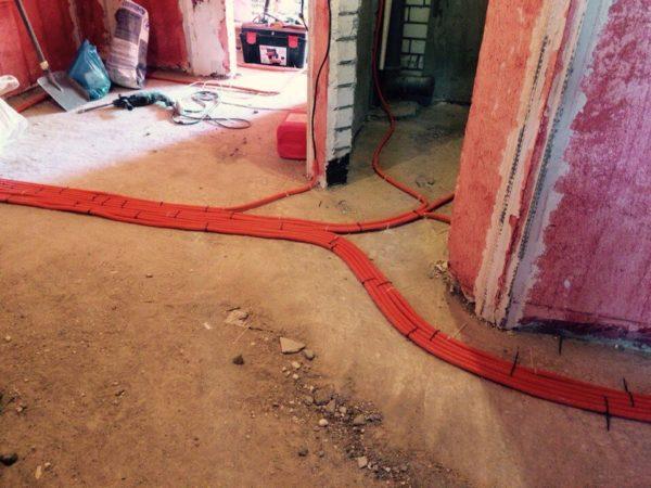 Прокладка кабеля в гофре в стяжке пола