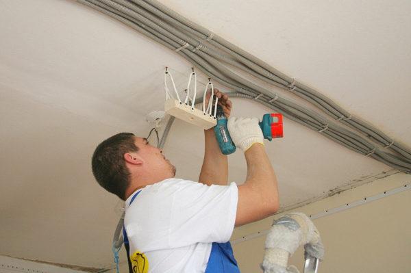 Разводка электрики над натяжным потолком