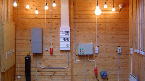 В каркасном доме монтаж проводов осуществляется по горючему основанию