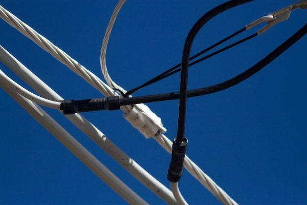 Из-за меньшего веса алюминиевый провод исползуется на воздушных линиях электропередачи