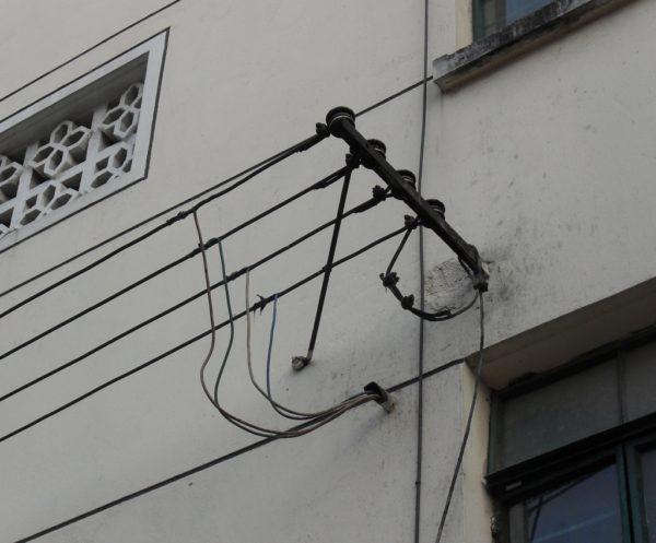 Наружная прокладка кабеля по стене