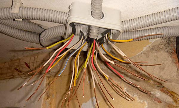 При монтаже электропроводки нужно определить необходимое сечение кабеля