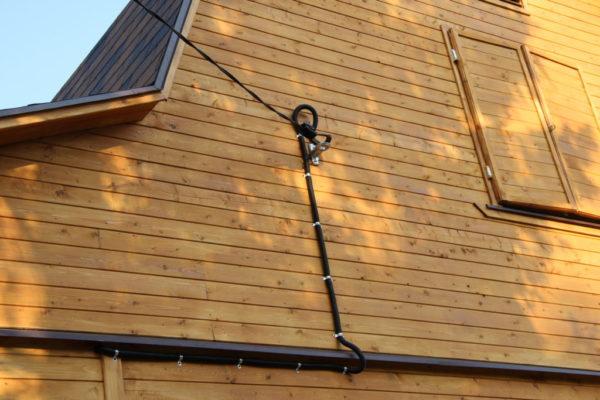 Прокладка кабеля по деревянной стене