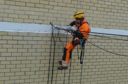 Прокладка кабеля по фасаду здания