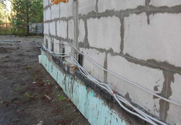 Проводка снаружи стен под сайдинг