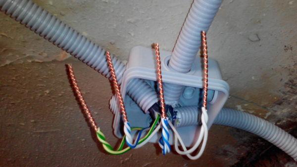 Согласно ПУЭ электропроводку в жилых помещениях следует выполнять медным кабелем