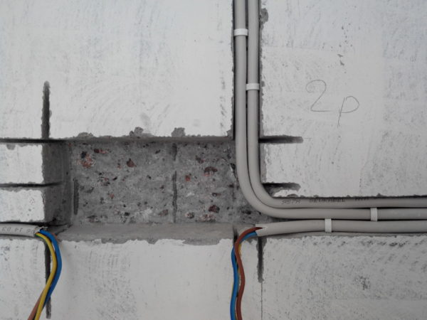 Укладка скрытой проводки в штробах