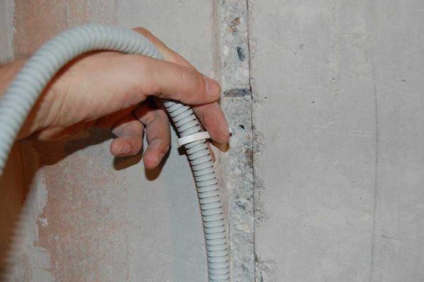 В ванной комнате кабель укладывается в штробах в гофре