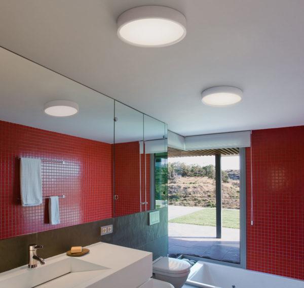 В ванной комнате предпочтительнее использовать потолочные светильники