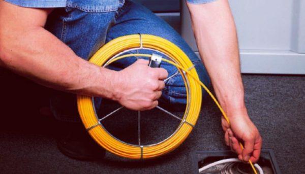 Выполнение работ по укладке кабеля в каналах