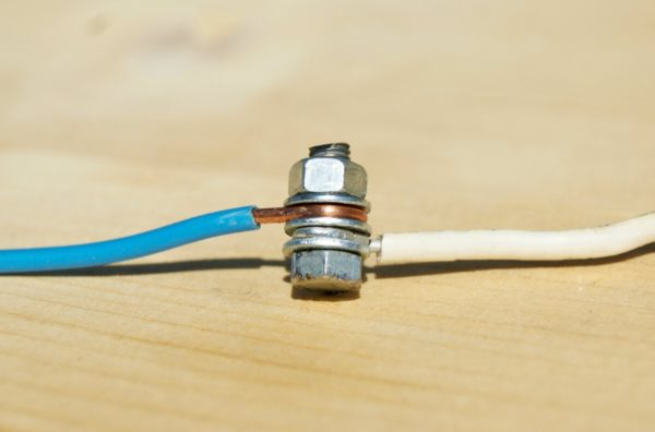 Болтовое соединение медного и алюминиевого проводов